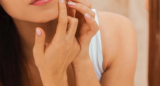 Zakaj so AHA in BHA izdelki nepogrešljivi v negi kože